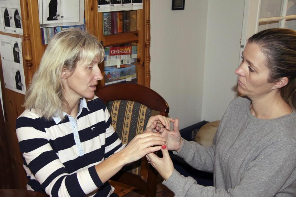 GOD HJELP: Taktilt tegnspråk med tolk Tonje Knudsen-Øy er nyttig når Berit ikke oppfatter hva som sies, som når bakgrunnsstøy forstyrrer. Foto: Lars O. Gulbrandsen