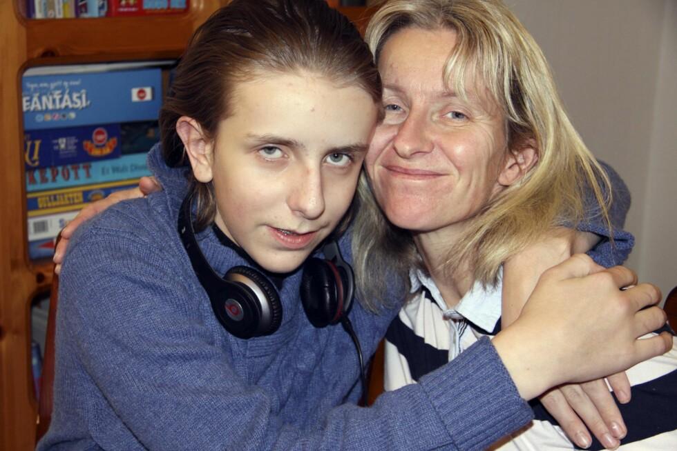 NÆRT FORHOLD: Berøring er viktig når Berit kommuniserer med sønnen Haldor (14), datteren Hanne Sofie og også alle andre. Foto: Lars O. Gulbrandsen