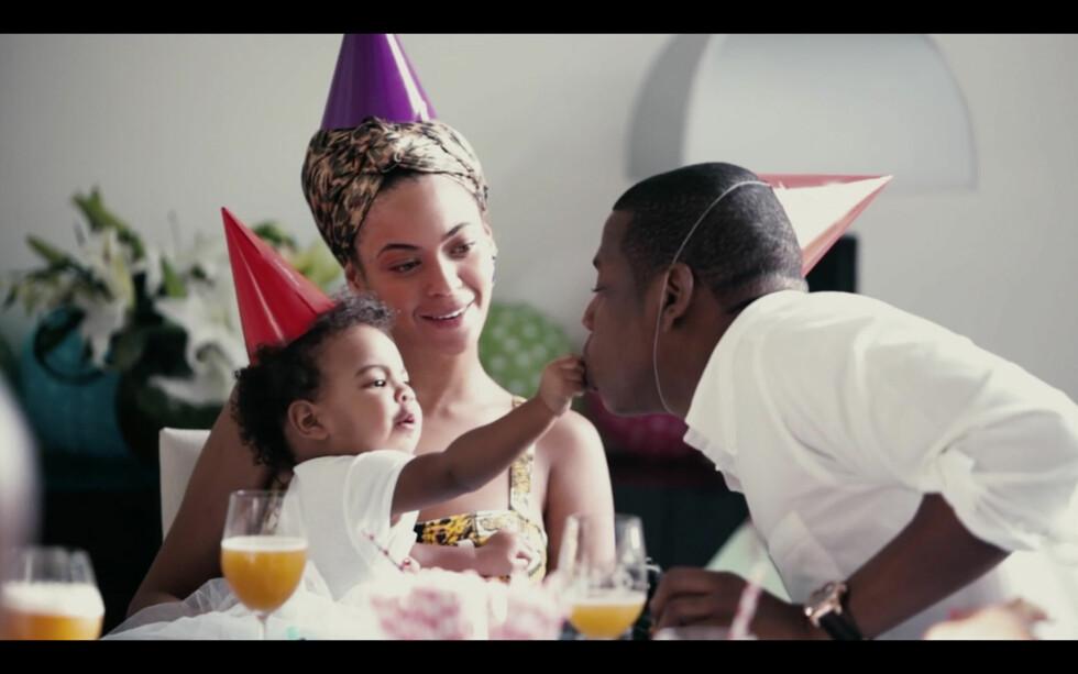 FRA MUSIKKVIDEOEN: Sammen med albumet «Lemonade» kom også flere ferske musikkvideoer. Dette bildet er hentet fra en av dem, og viser familien på tre som feirer bursdagen til lille Blue Ivy. Foto: NTB Scanpix
