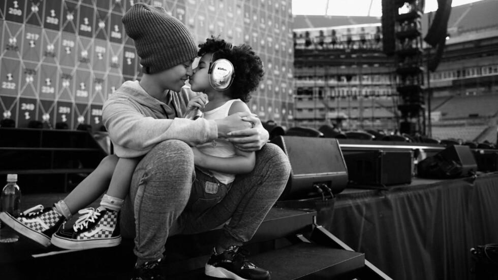 BEYONCÉ: Superstjernen la selv ut dette bildet på sin offisielle hjemmesiden Beyonce.com - og viser henne selv og datteren Blue Ivy (4) i forkant av Miami-konserten. Og borte er gifteringen hun fikk av Jay Z i 2008. Foto: Mason Poole // Beyonce.com