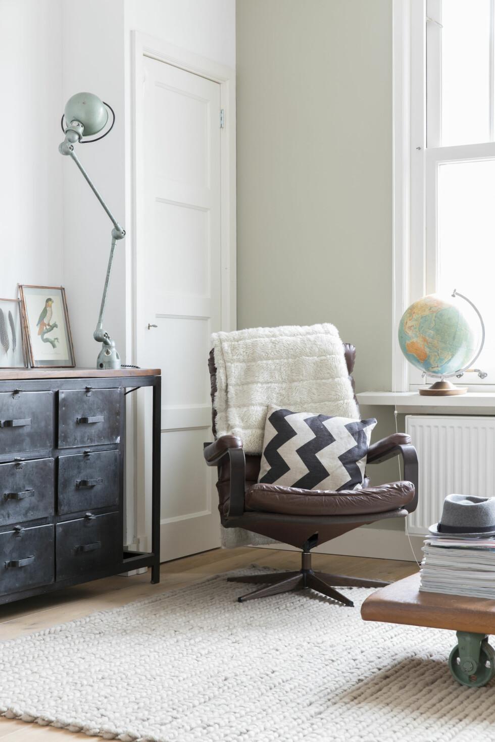 KULT MED VINTAGE: En fin samling vintagefunn: en Jieldé-lampe, en gammel lenestol og en globus. Rammen er fra Doing-Goods.com.  Foto: Margriet Hoekstral
