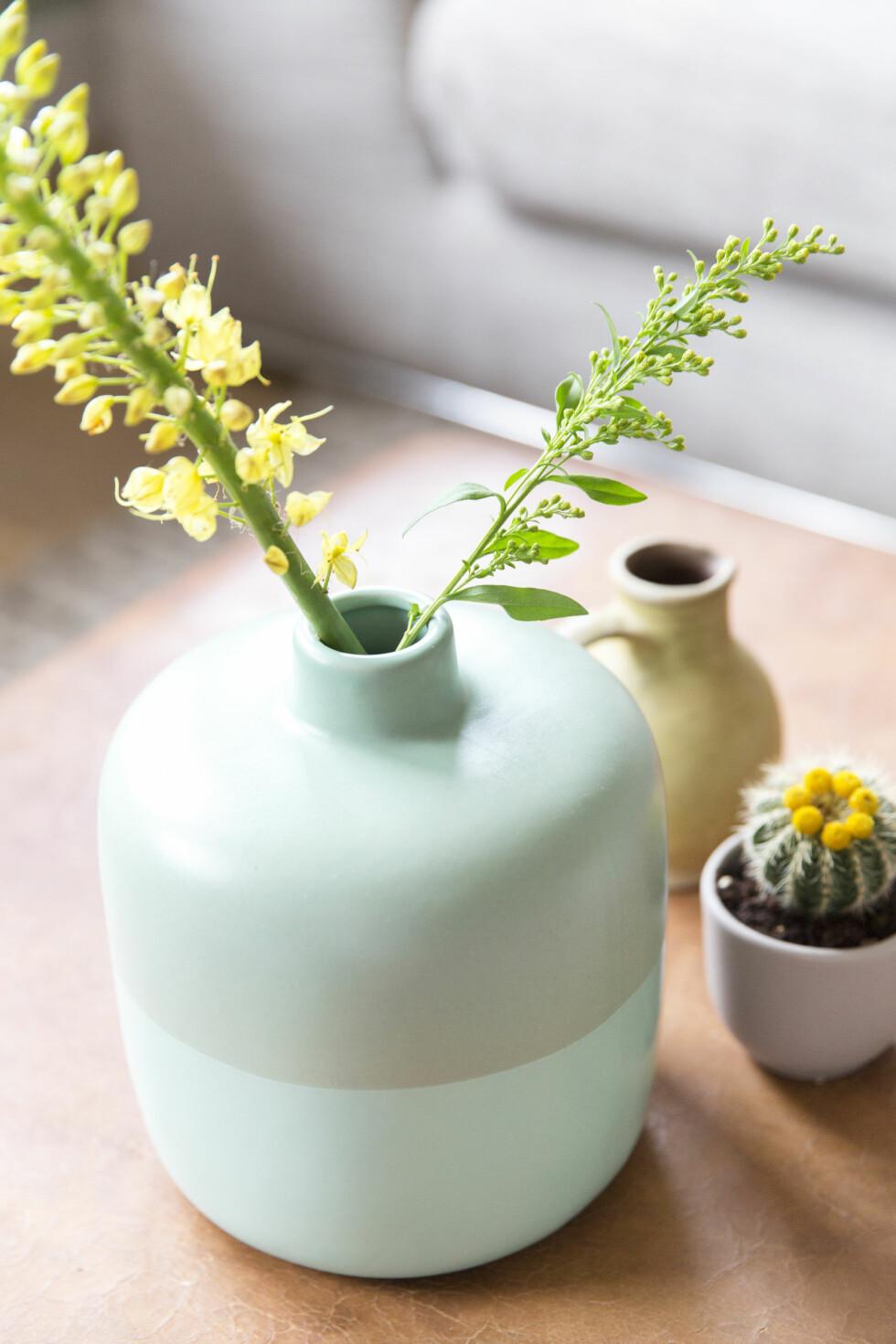 MINTGRØNNE DETALJER: Flere steder i hjemmet finner du mintgrønne detaljer som frisker opp den varme konjakkfargen i skinn- og tremøblene.   Foto: Margriet Hoekstral