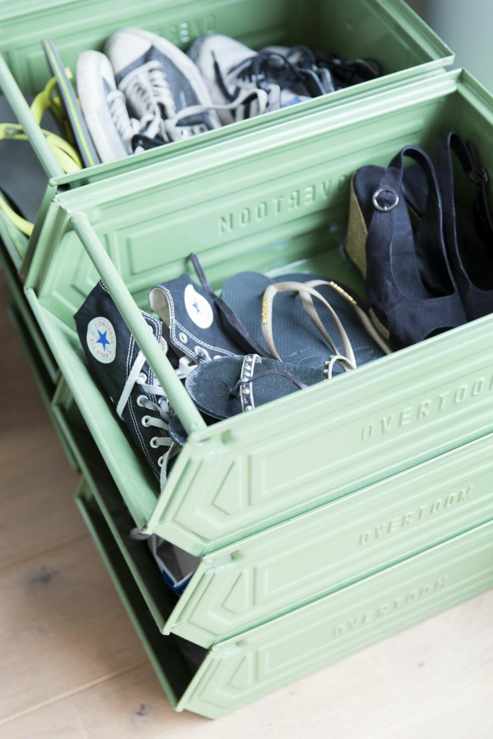 FINE BOKSER: De mintgrønne boksene er fra et gammelt varehus for verktøy.   Foto: Margriet Hoekstral
