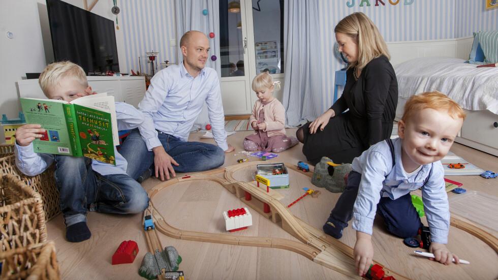 ROM FOR ALT: Jakob (t.v.) vil lese, mens  Selma og Oscar vil leke. Og det er det rom for hjemme hos Stine Arneberg og Kristoffer Persson.  Foto: Anne Elisabeth Næss