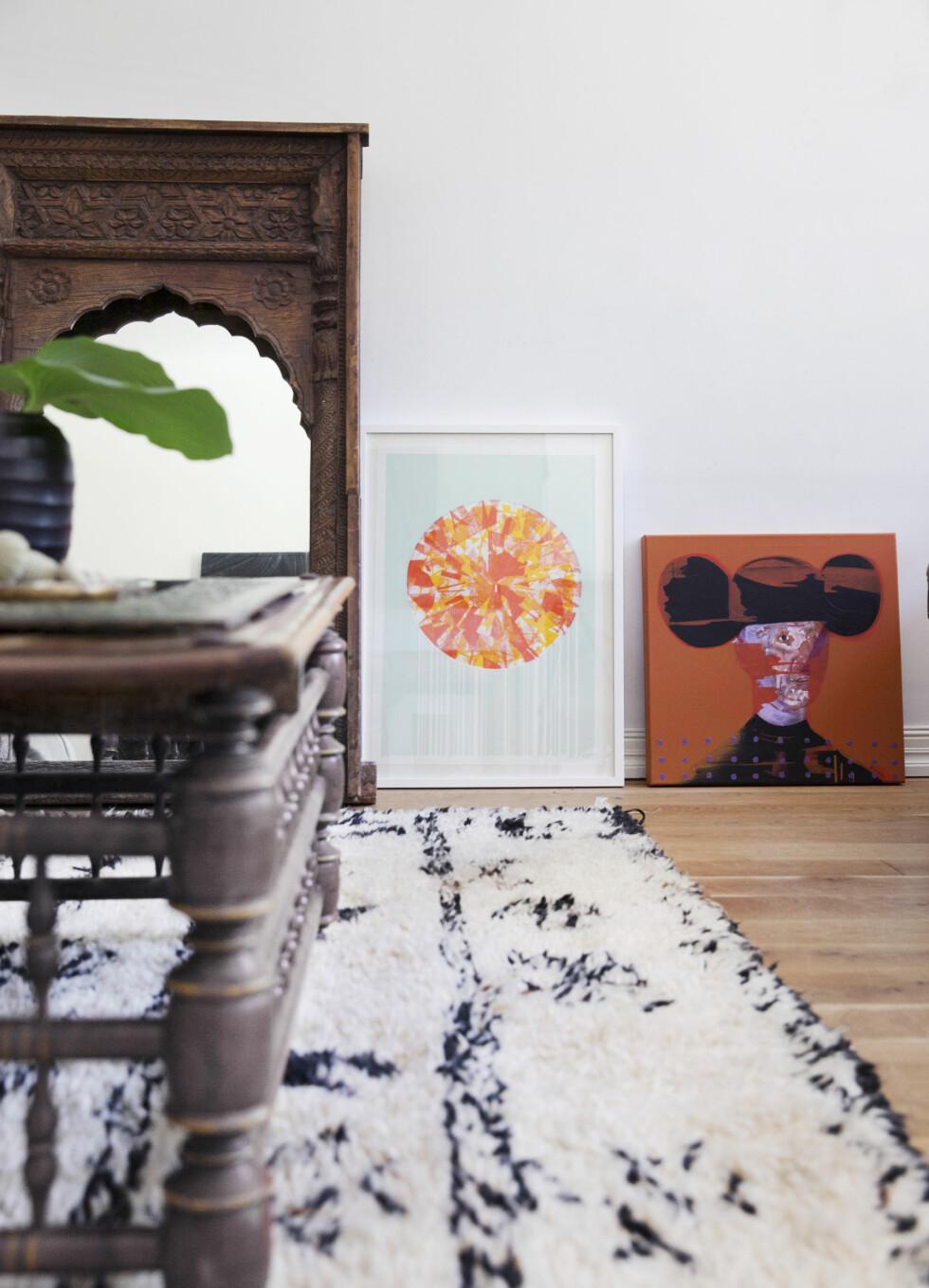 PYNT I GAVE: Speilet er fra Konzept HP og var en gave fra venner til 40-årsdagen hennes. Til høyre for speilet ses et bilde av svoger og designer Dag Solhaug, og så et bilde av en tidligere kunstnerkollega, Erik Formoe.   Foto: Yvonne Wilhelmsen