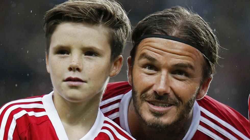 TALENTFULLE BECKHAMS: Cruz Beckham (11) har arvet mammas interesse for musikk, men har ingenting imot å ta på seg fotballdrakten for å sparke ball med pappa David Beckham heller. Dette bildet er fra en veldedighetskamp i fjor. Foto: NTB Scanpix