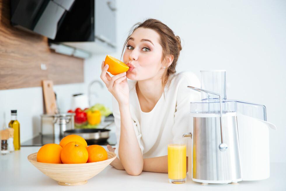 NÆRINGSSTOFFER: Vitamin C, limonin, og herperidin - appelsinen har mange gode næringsstoffer som gjør godt for kroppen. Også i den hvite midtstrengen og hinnen, så spis gjerne alt. Foto: Shutterstock / Dean Drobot