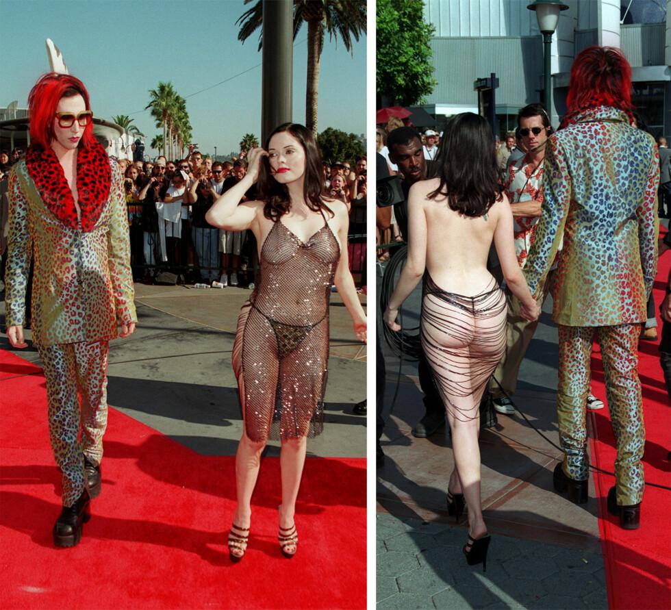 SJOKK-KJOLE: I 1998 deltok skuespiller Rose McGowan og hennes daværende kjæreste Marilyn Manson på MTV Video Music Awards i Los Angeles, og det var flere som fikk hakeslepp da de så den dristige kjolen hun bar på rød løper.  Foto: NTB Scanpix
