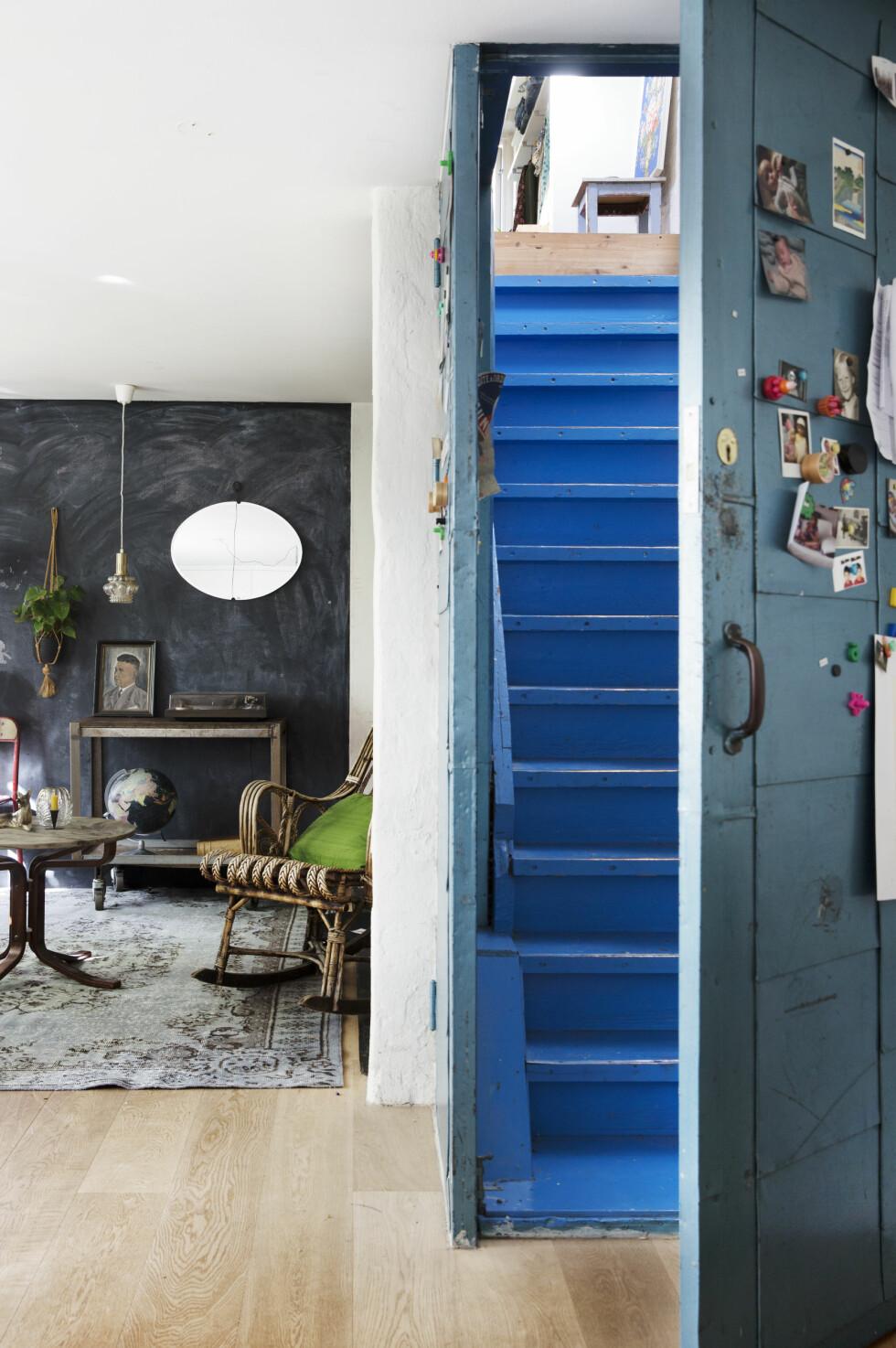 FINT MED BLÅTT: Døren og trappen er original, og tilhørte snekkerverkstedet i første etasje. Ninas pappa malte den blå. Foto: Yvonne Wilhelmsen