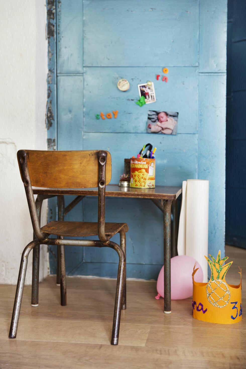 FRANSK KROK: Anna har mange små kroker i stua, her er en av dem med franske skolemøbler. Foto: Yvonne Wilhelmsen