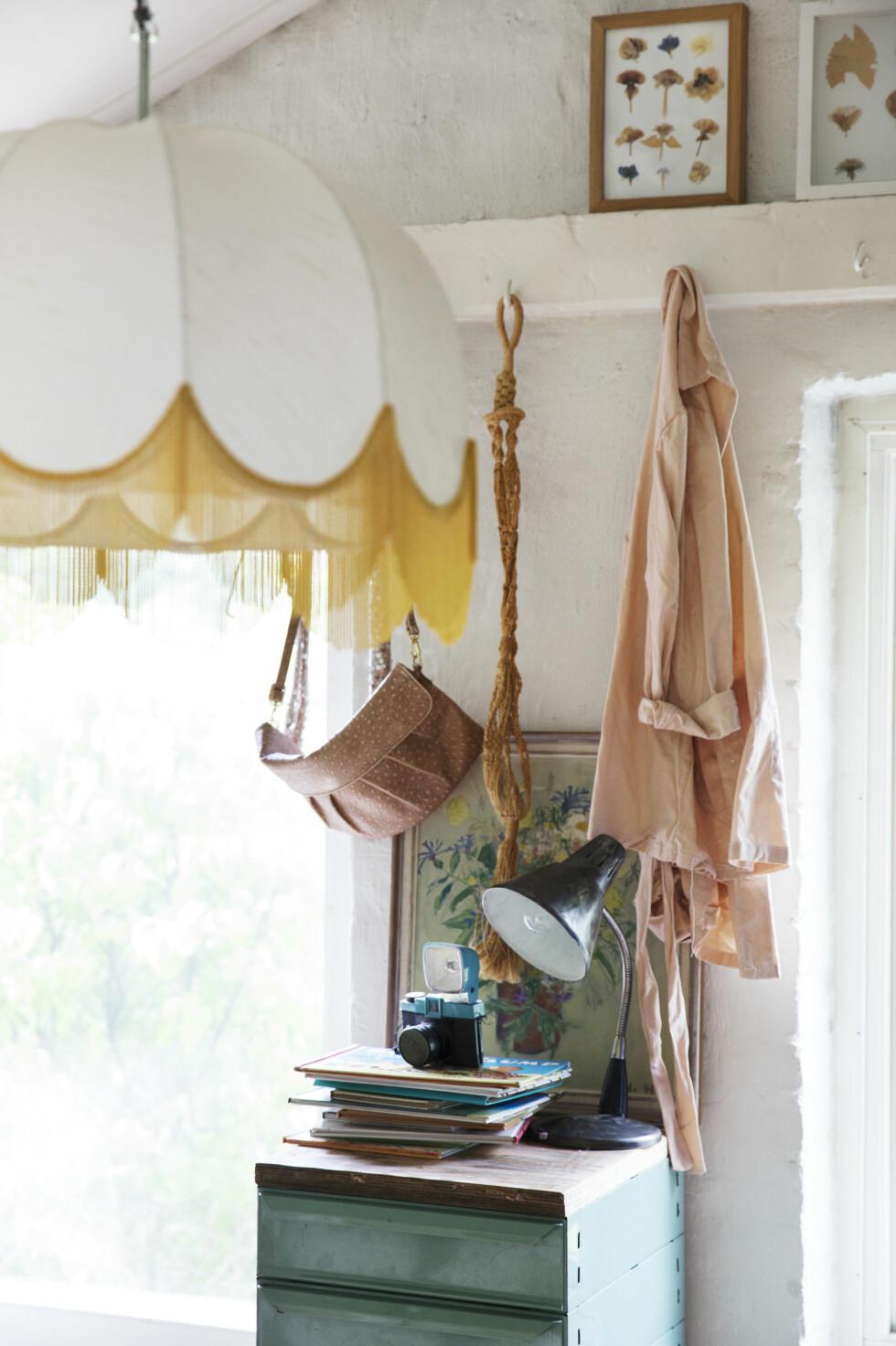 HVERDAGSLUKSUS: I taket på soverommet henger en silkeskjerm fra en gammel gulvlampe. — Jeg liker at skjermen er av silke. Eksklusive materialer gir en følelse av hverdagsluksus. Den er et eksempel på at luksus ikke trenger å være dyrt, mener Nina. Foto: Yvonne Wilhelmsen