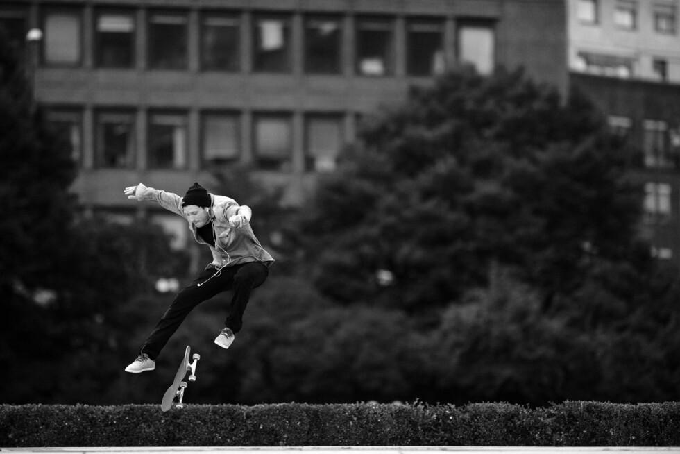 SKATER: Henrik Kleppe Worm-Müller er ikke bare billedkunstner, på fritiden tar han gjerne frem skateboardet.  Foto: Anton Soggiu