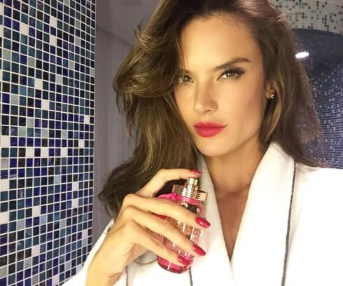 LUKTER RART PÅ DEG?: Alessandra Ambrosios parfyme kan lukte sinnsykt godt på henne, men grusomt på deg. Hvorfor er det slik? Jo, PH-verdi er del av forklaringen.  Foto: SipaUSA