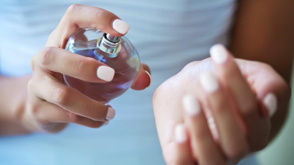 BØR PRØVES RETT PÅ HUDEN: Prøv parfymen på huden og kom heller tilbake dagen etter om du ikke finner den på forsøk nummer tre. Duften kjennes nemlig helt annerledes ut på deg enn på prøvelappene.  Foto: Scanpix