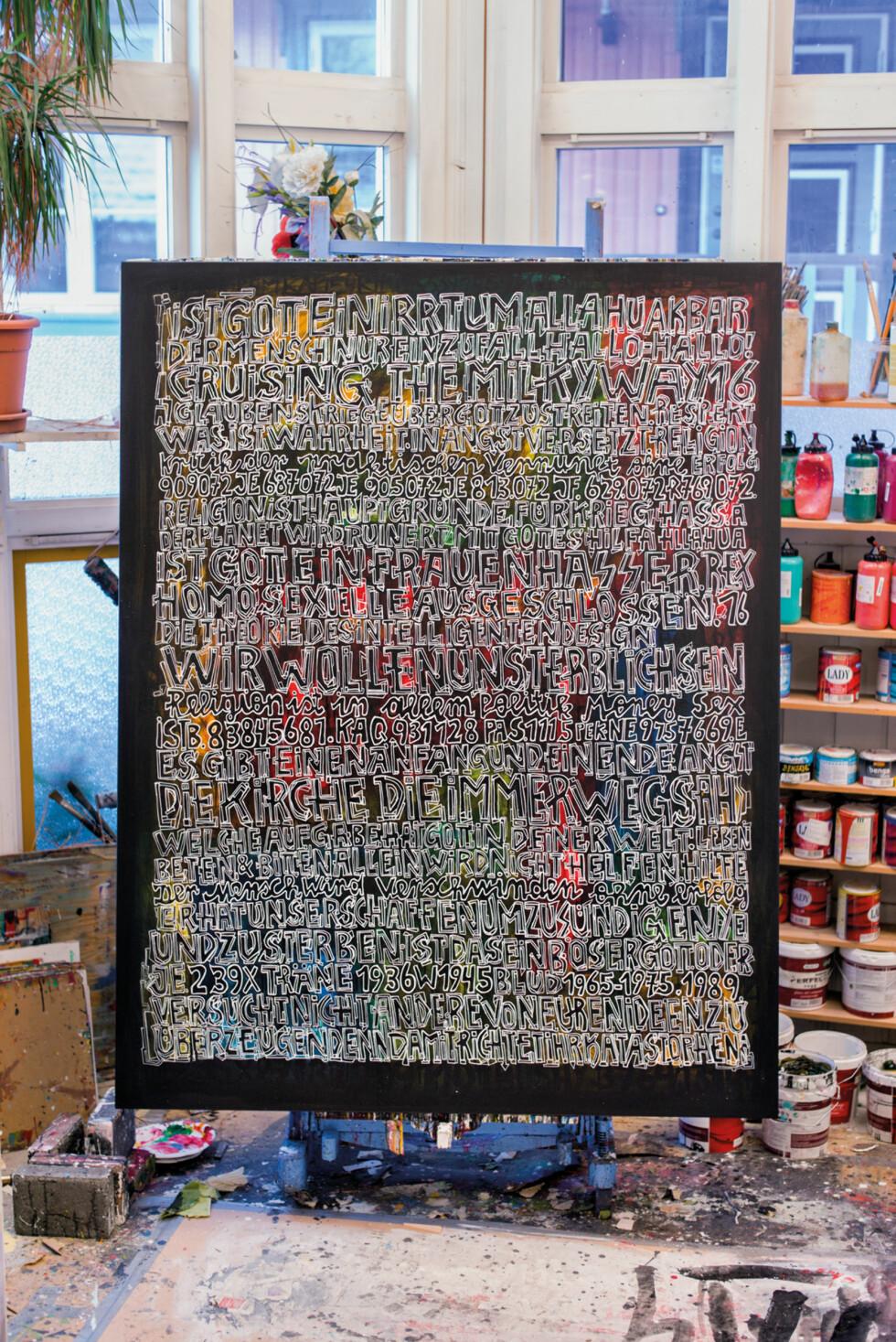 NY KUNST: Åttiåringen Storn er fortsatt produktiv og lager stadig nye kunstverk.  Foto: Bjørn Wad