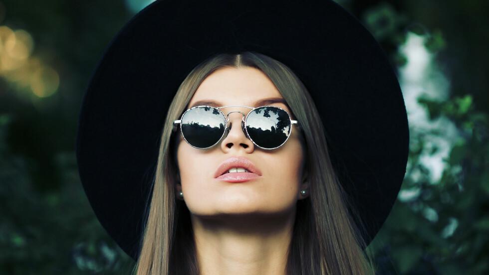 SOLBRILLER: Endelig er det på tide å finne fram solbrillene, men vent, vi trenger vel et par nye? Så bra at vi har samlet sammen 18 fantastiske solbriller i alle muligens former, farger og prisklasser, da! Foto: Shutterstock / Kseniia Perminova