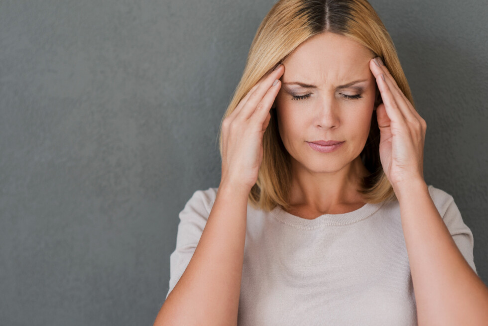 HODEPINE: Å ha et storforbruk av smertestillende er slett ikke heldig, og kan faktisk føre til hodepine. Foto: Shutterstock / g-stockstudio