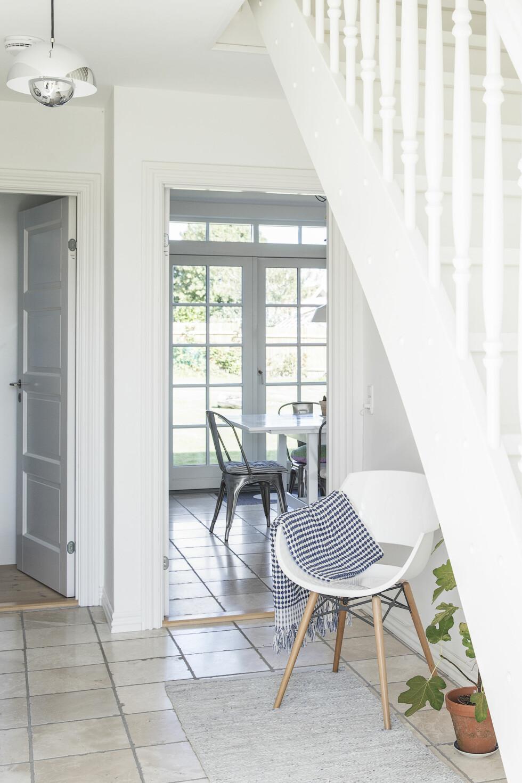 LYST HJEM: Fordi lyset faller gjennom huset fra store vinduer og åpne døråpninger, er det lett å bruke masse grønne planter iinnredningen. Det skaper en fin kontrast til den lyse, enkle stilen. Foto: Frederikke Heiberg