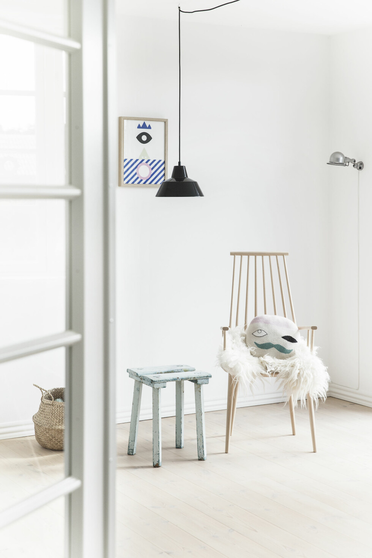 GAMMELT OG NYTT: Stolen er fra Hay, skinnteppe og pute fra Lucky Boy Sunday. Den sjarmerende krakken er et loppefunn. Foto: Frederikke Heiberg