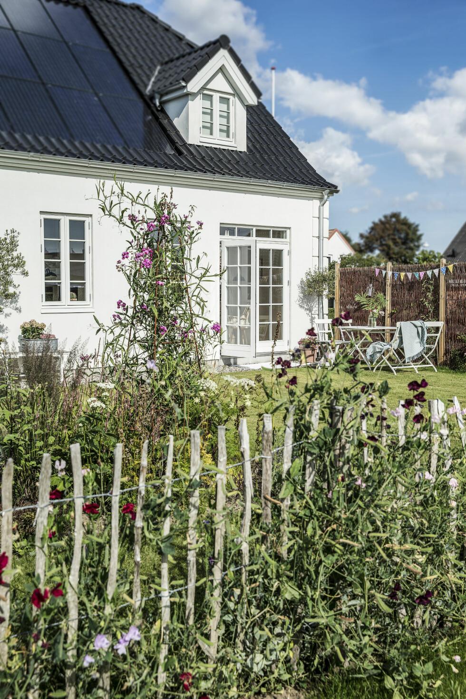 TRADISJONELT OG MODERNE: Huset er helt nytt, men tradisjonelt i stilen. Det har både geotermisk energi og solceller på taket fordi Annette og Niels vil være selvforsynt med energi. Foto: Frederikke Heiberg