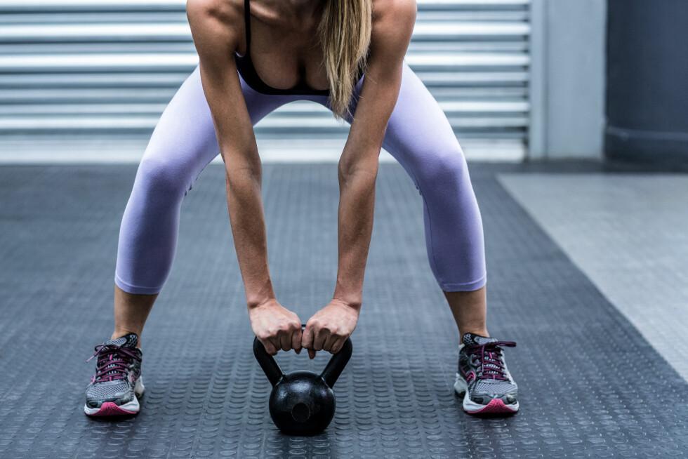 KNÆR RETT FREM: I de fleste former for knebøyøvelser, så skal knærne peke rett frem og over tærne.  Foto: Shutterstock / wavebreakmedia