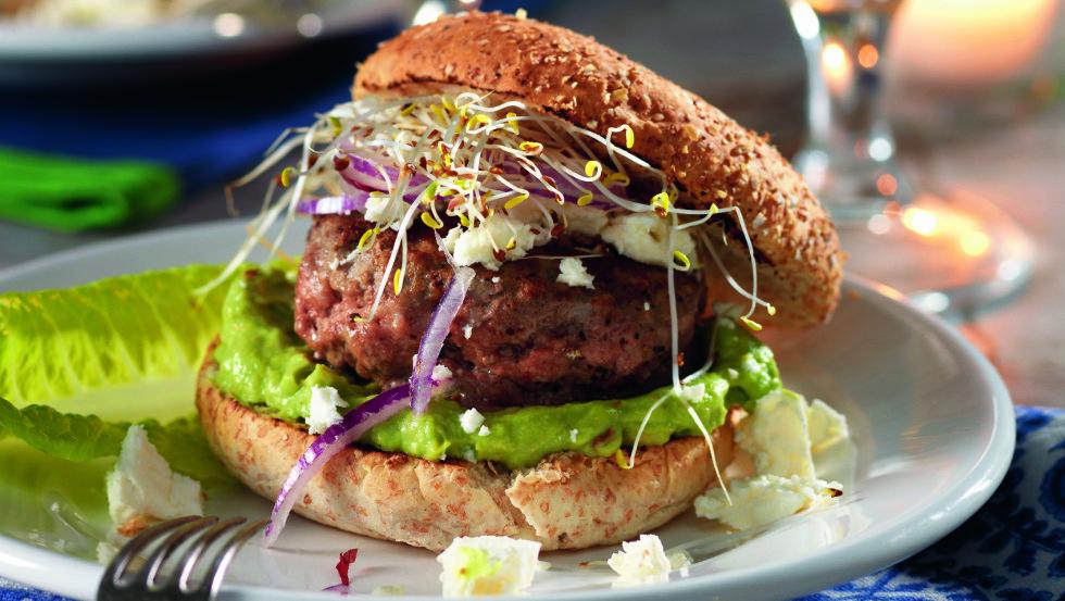 HAMBURGER MED AVOKADO: Et skikkelig hamburgermåltid er godt for hele familien. Foto: All Over Press