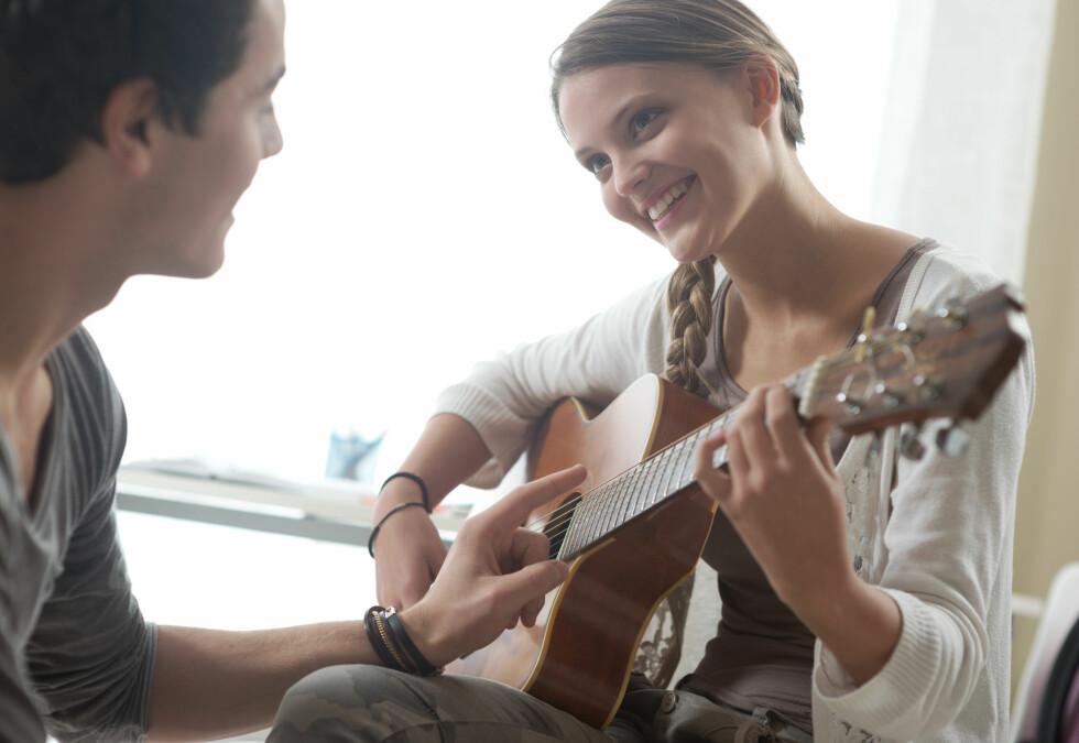 <strong>VIS INTERESSE:</strong> Det kan også være en idé å vise interesse for kjærestens hobby, noe som kan gi dere nye impulser samtidig som du viser ham at han er viktig for deg. Foto: Shutterstock / Stokkete