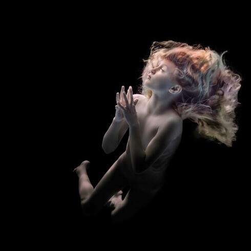 UNDERVANNSMYSTIKK: Charlottes datter, Jenny, har en helt egen evne til å uttrykke seg under vann.  Foto: Charlotte Spetalen