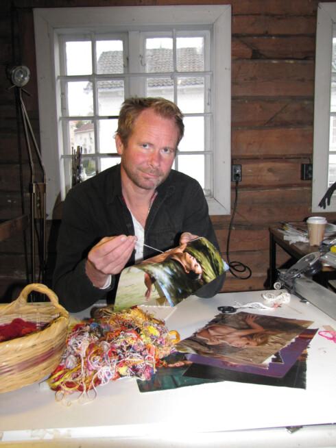 BRODERER: Kunstner Erlend Helling-Larsen broderer på klær til modellene fra gamle Playboy-blader. Foto: Privat
