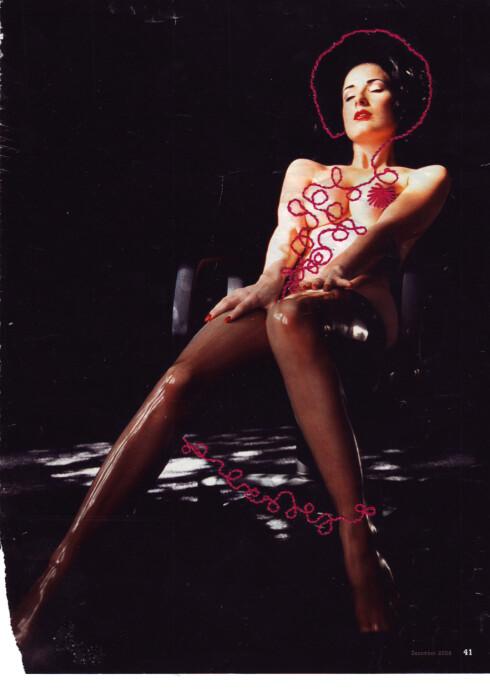 PÅ PAPIRET: Erlend Helling-Larsen river ut sidene fra Playboy-bladene for å vise at det er bilder fra ekte magasiner han broderer på. Dette motivet er fra Playboy desember 2008.  Foto: Erlend Helling-Larsen