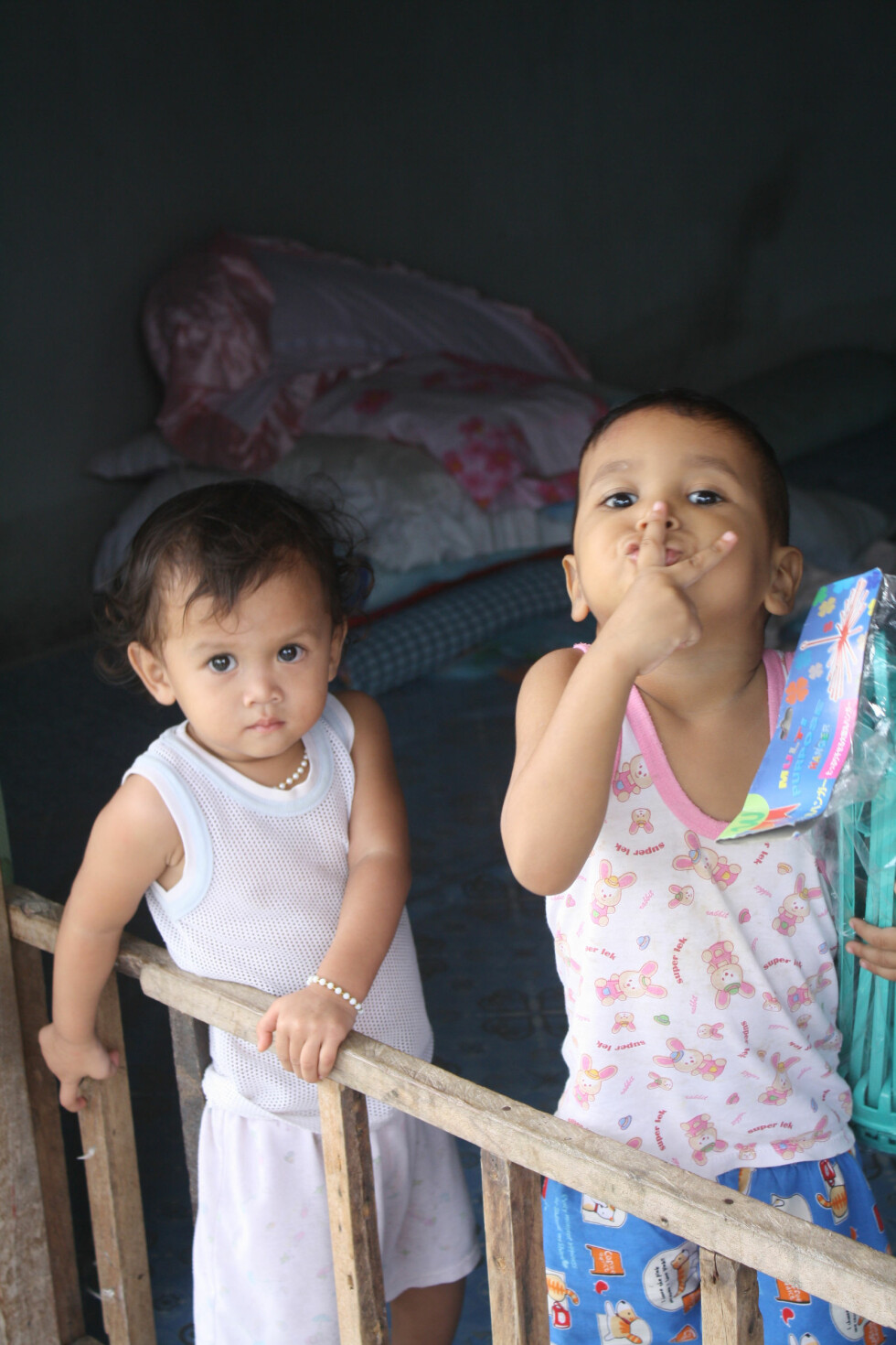 BILDE FRA BARNEHJEM: I lekegrind på barnehjemmet, og de poserer for fotografen. Foto: Privat