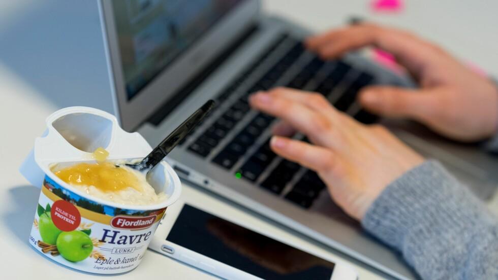 TEST AV HAVREGRØT: Vi har testet to typer grøt, ferdige med søtt fyll, som kan spises kalde, og kalde grøter som varmes i mikrobølgeovn.  Foto: Per Ervland