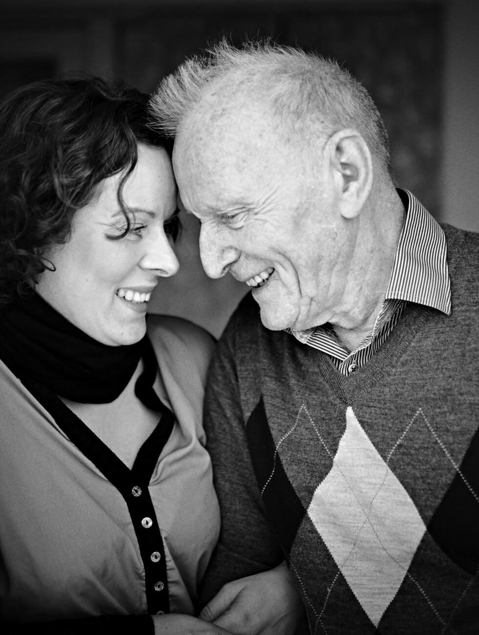 FORTSATT GODE ØYEBLIKK: Far og datter opplever fortsatt gode og nære øyeblikk sammen, selv om Gjert ikke er den samme som før. Foto: Foto: Geir Dokken