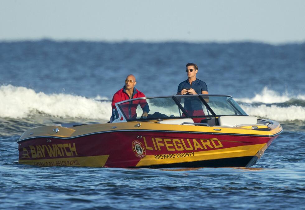 Zac Efron og Dwayne Johnson spiller inn Baywatch-filmen.  Foto: Splash News