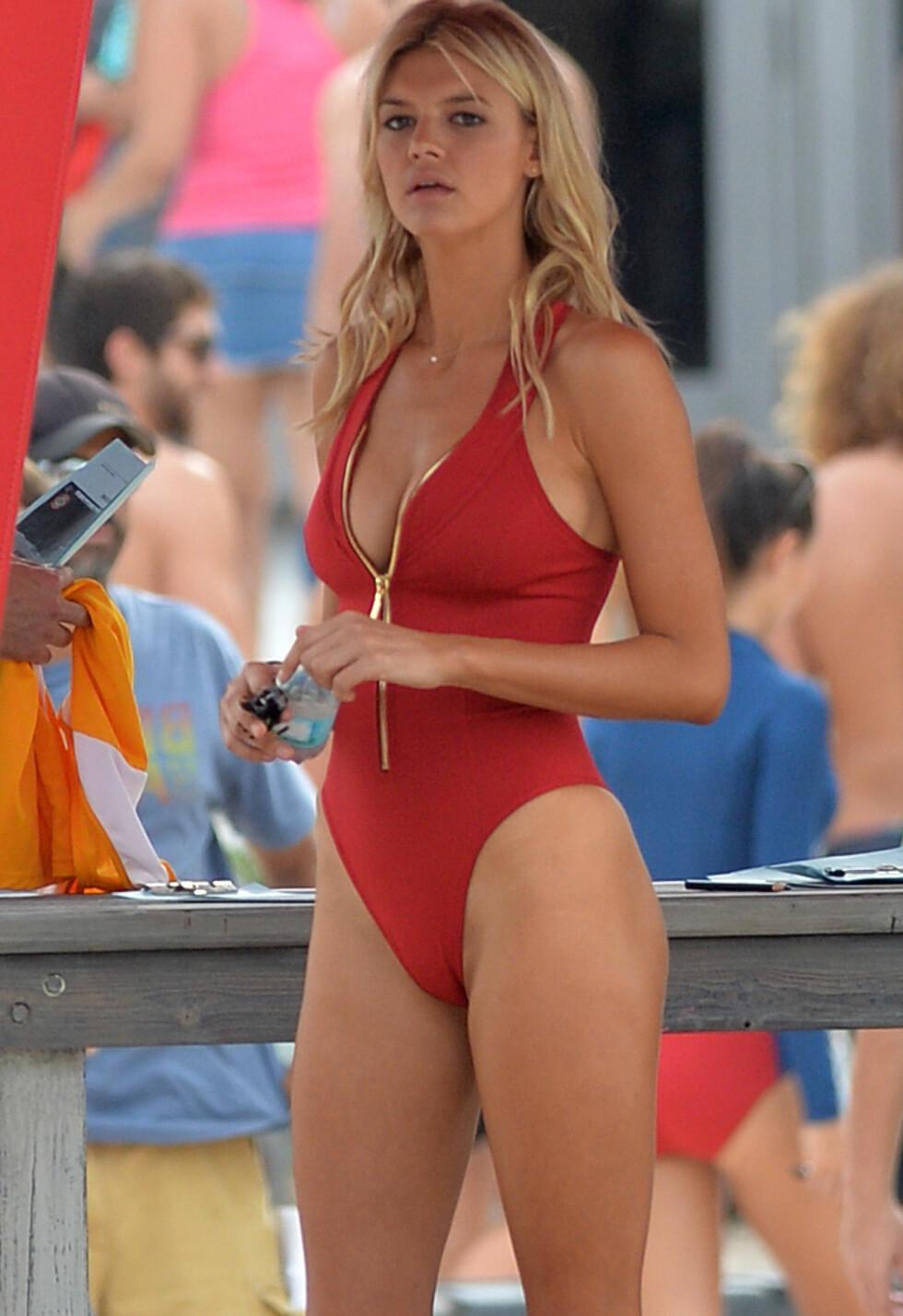 Sports Illustrated modell Kelly Rohrbach spiller C. J. Parker.  Foto: Splash News