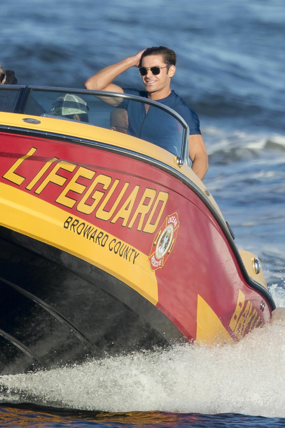 Zac Efron i en av de ikoniske Baywatch-båtene.  Foto: Splash News