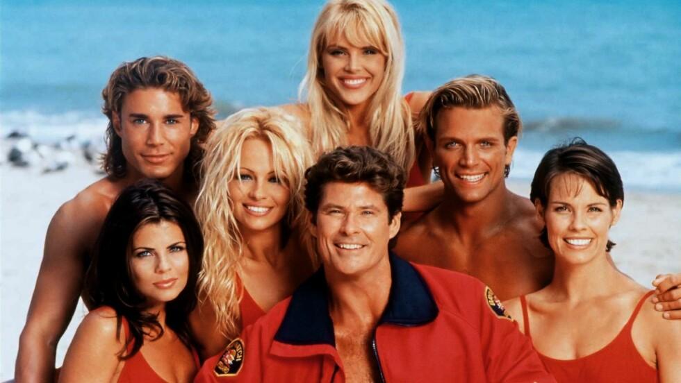 <strong>IKONISK:</strong> Skuespillerne i «Baywatch» ble verdenskjente over natten da programmet hadde premiere i 1991. Nå lages det film av den populære TV-serien. Foto: Skjermdump fra Twitter