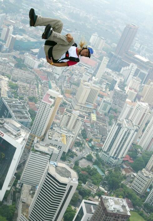 I FRITT FALL: Bare måneder før fallskjermulykken i 2006 basehoppet Karina i Kuala Lumpur.Hun elsket frihetsfølelsen slike hopp ga henne. Foto: EPA