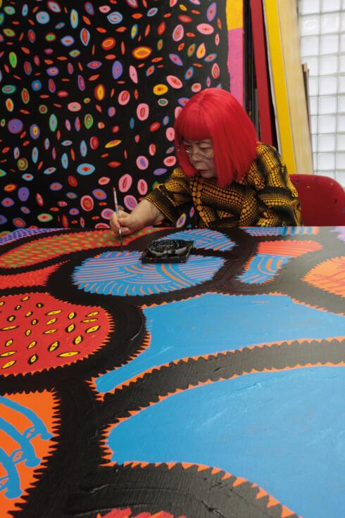 HARDTARBEIDENDE: Kusama arbeider stadig med sine malerier. Her fra Kusamas atelier i Tokyo, 2014. Foto: Yayoi Kusama