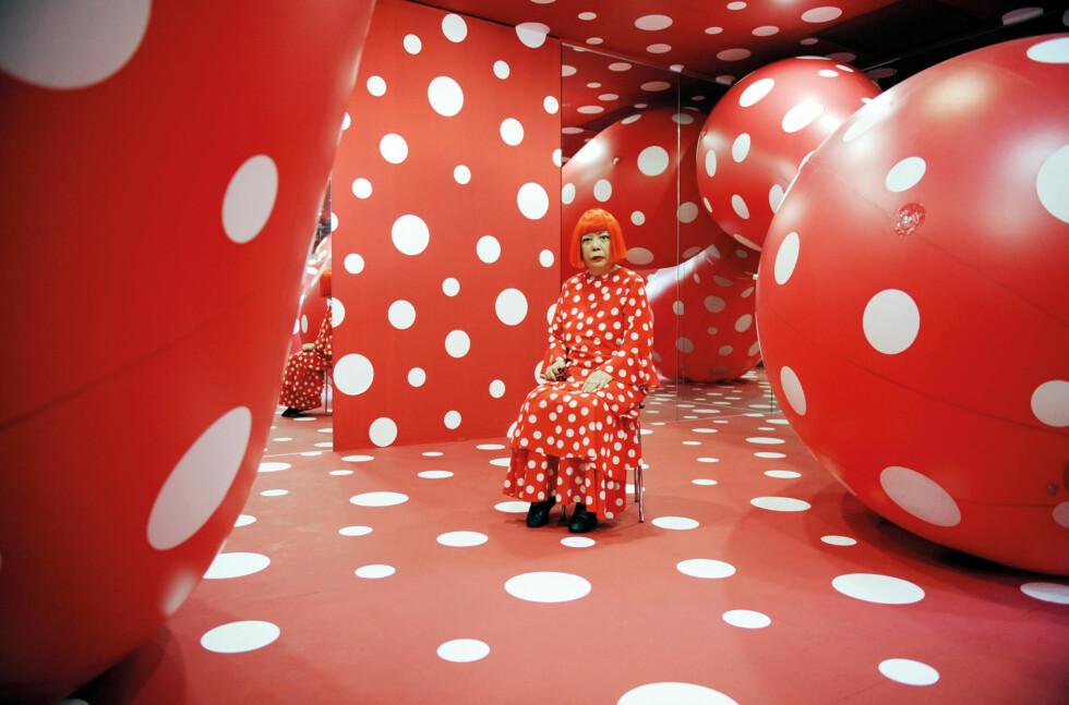 "BESATT AV PRIKKER: Yayoi Kusama med ""Dots Obsession"", 2011. Foto: Ota Fine Arts, Tokyo/Singapore; Victoria Miro Gallery, London; David Zwirner, New York, © Yayoi Kusama"