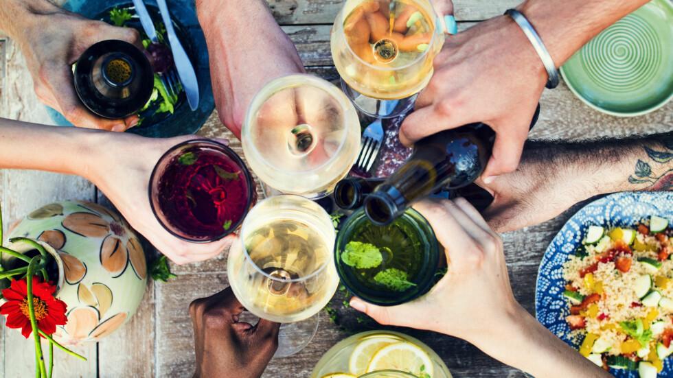 SKÅL: Det er alltid fint å servere de ulike drikkene med riktig glass! Hadeland Glassverk har et supersalg nå, slik at du har alt klart for sommerens festligheter. Foto: Shutterstock / Rawpixel.com