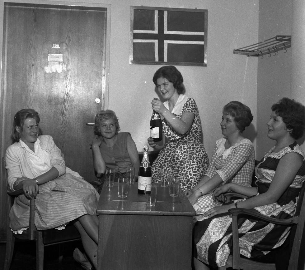 DEN GANG DA: Festglade kvinner anno 1960 hygger seg med champagne. Foto: NTB Scanpix // Aftenposten