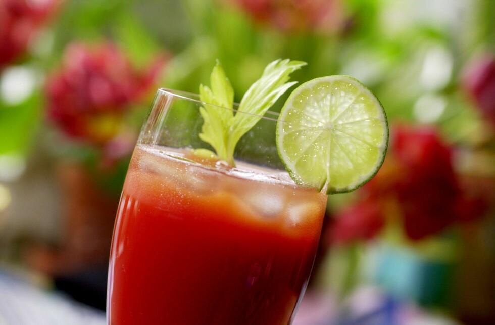 NEI, DET ER IKKE EN BLOODY MARY: Men en juice laget på tomater, sitron eller lime, selleristang, ingefær og jalapeño inneholder en rekke ingredienser som vil gjøre formen bedre. Foto: NTB Scanpix