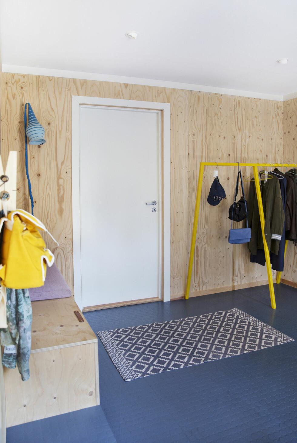 GULE DETALJER: Gulvet i gangen har gummibelegg og det gule klesstativet er fra Hay. Foto: Yvonne Wilhelmsen