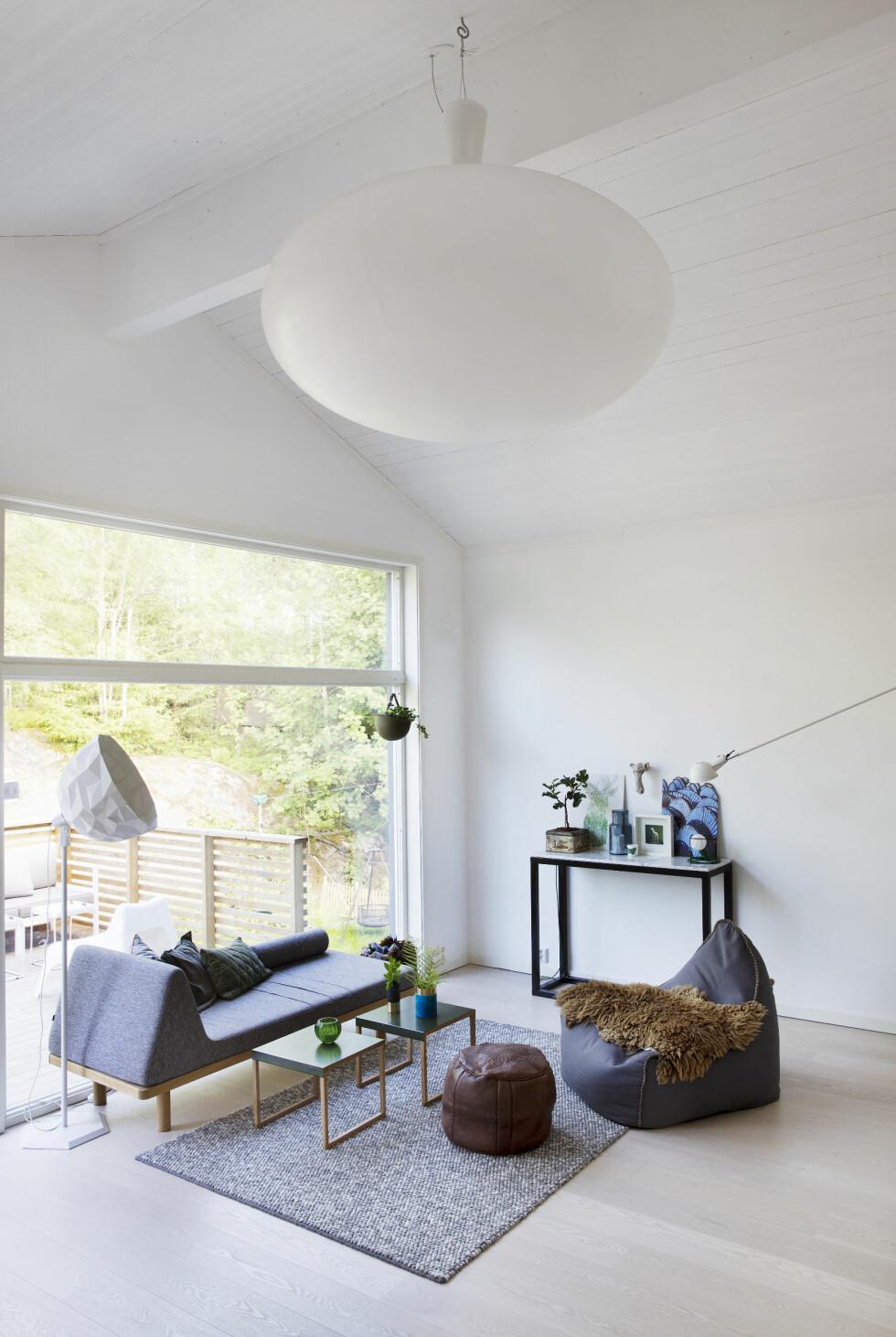 TRENDY SITTEGRUPPE: Sofa fra Bolia, bord fra Habitat, stolen fra norske Sack it kan også brukes ute. Gulvlampen er laget av Diesel i samarbeid med Foscarini. Foto: Yvonne Wilhelmsen