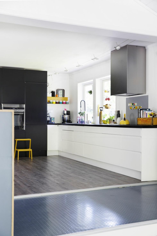 KULT MED GULT: Kjøkkenet har vært pusset opp tre ganger. Nå drømmer Siri bare om en benkeplate i marmor. Gul krakk fra Ikea, gul kasse på benken fra antikvitetsbutikk i Våler. Foto: Yvonne Wilhelmsen