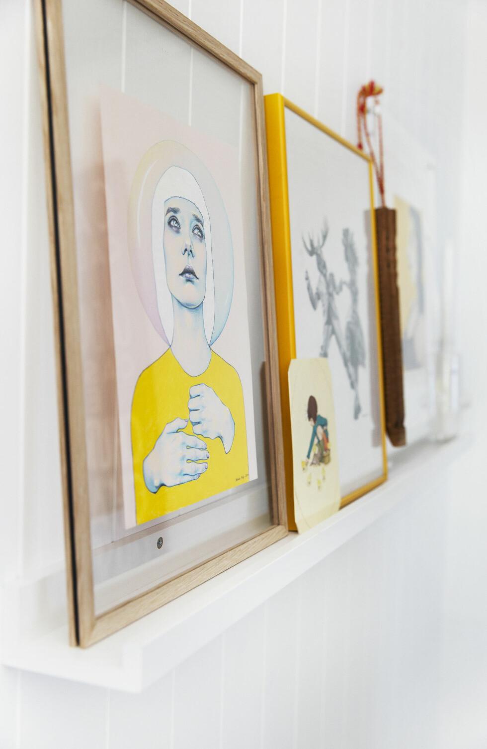 FINE RAMMER: Bilder fra Natalie Foss og Mari Oseland, rammer fra Stilleben i Danmark. — Jeg elsker de rammene. Det er to glassplater som holdes sammen av fire trebiter og en svart strikk. Foto: Yvonne Wilhelmsen