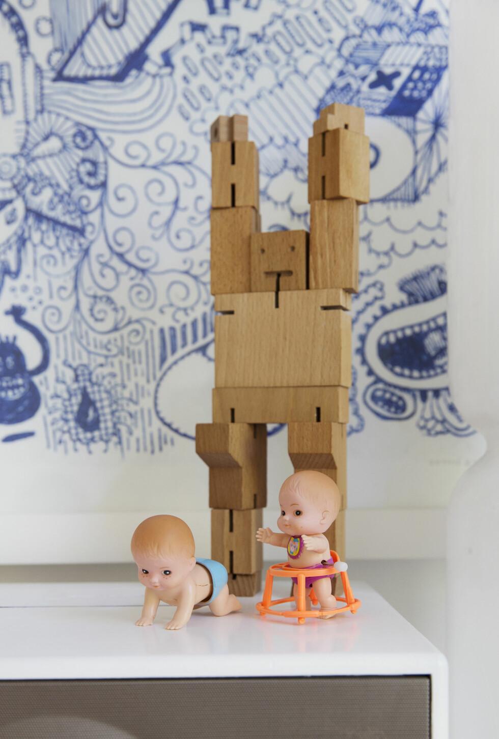 JULEGAVE TIL PYNT: Oppå skapet står gamle babydukker som kan skrus opp og gå av seg selv. — Trefiguren er en julegave fra broder'n. Eller, sønnen min fikk den, jeg synes den er så fin. Foto: Yvonne Wilhelmsen