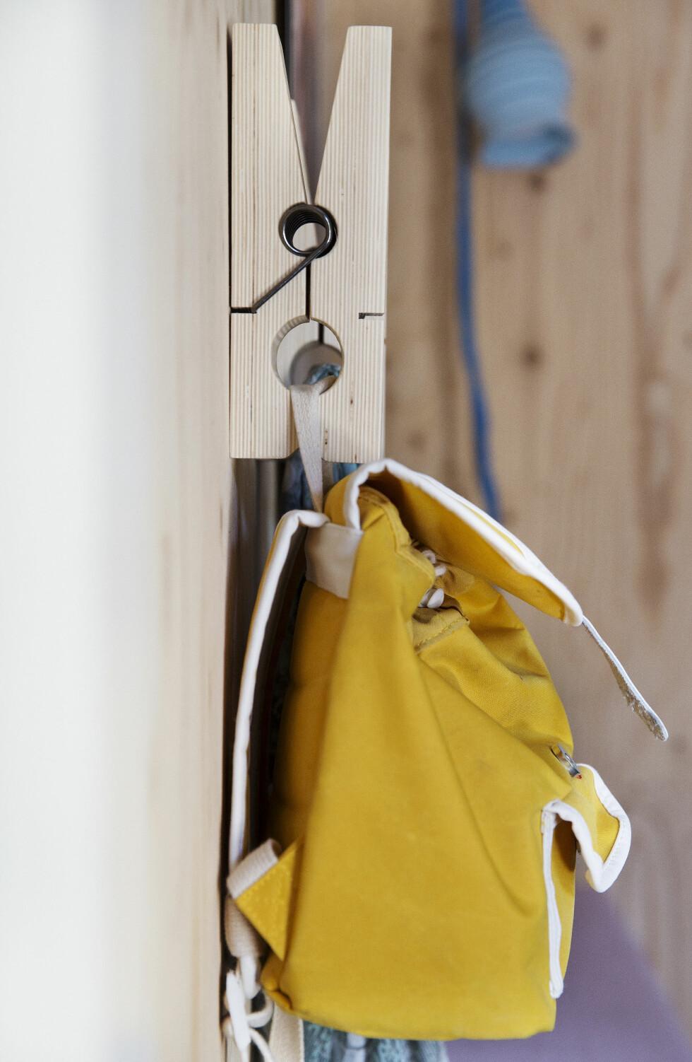 KULE KLESKLYPER: De store klesklypene har Siri kjøpt på nettet fra en dansk butikk. Foto: Yvonne Wilhelmsen