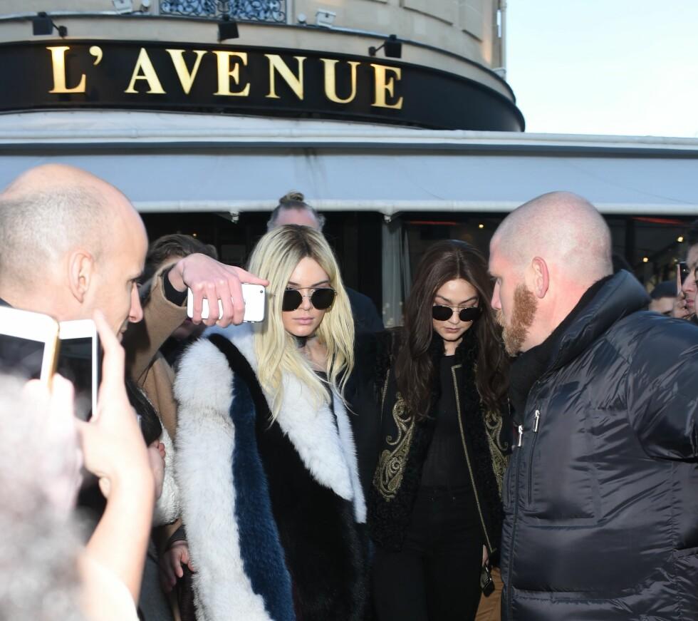 CELEBRE GJESTER: Her er Kendall Jenner og Gigi Hadid på vei ut fra «hot spot»-restauranten L'Avenue.  Foto: Splash News